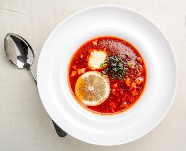 Sopa russa tradicional solyanka closeup em uma tigela