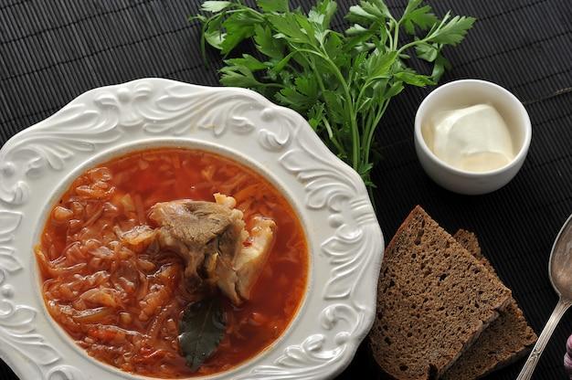 Sopa russa tradicional - sopa de beterraba com repolho, creme de leite