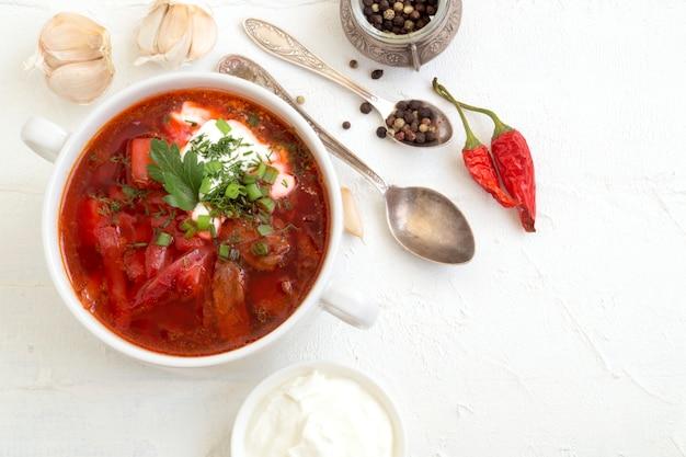 Sopa russa ucraniana tradicional (borscht) de beterraba com verduras e creme de leite.