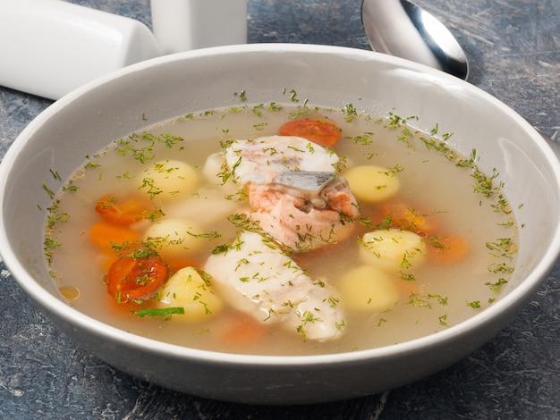 Sopa saborosa e rica de peixe com salmão e batatas e cenouras de poleiro
