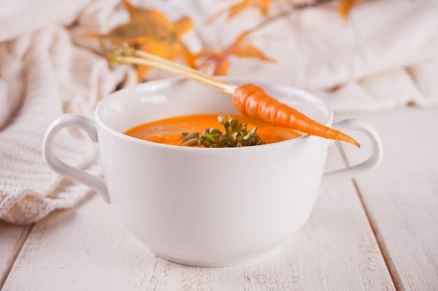 Sopa saudável do creme da cenoura comer.