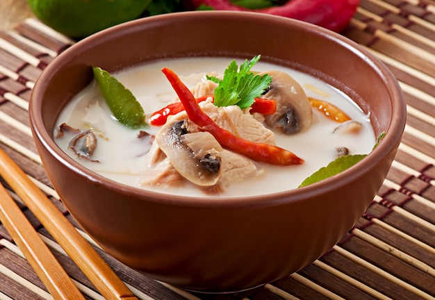 Sopa tailandesa com frango e cogumelos