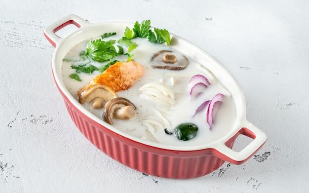 Sopa tailandesa de coco com salmão com ervas e macarrão