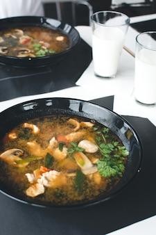 Sopa tailandesa extremamente picante