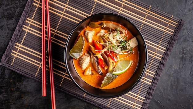 Sopa tailandesa tom inhame de frango.