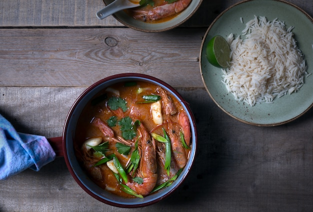 Sopa tailandesa tradicional tom yam