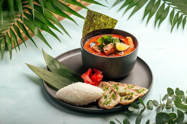 Sopa tom inhame com marisco peixe vermelho e nori