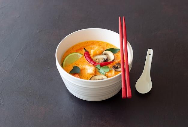 Sopa tom yum. cozinha tailandesa. alimentação saudável. receitas da cozinha nacional