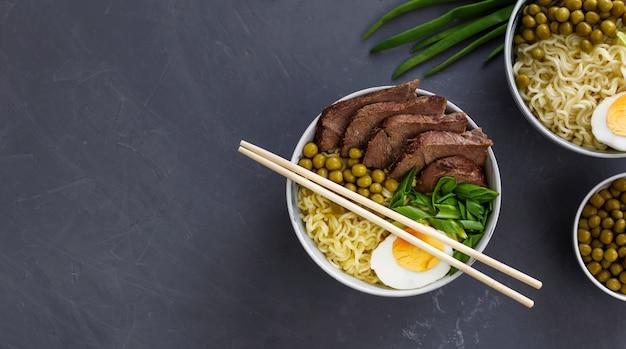Sopa tradicional asiática em uma tigela sobre fundo cinza
