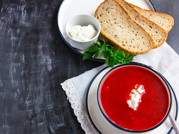 Sopa tradicional da beterraba vermelha - borsch. comida vegetariana vegetariana