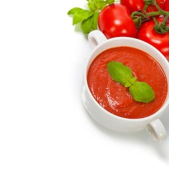Sopa tradicional de tomate e ingredientes