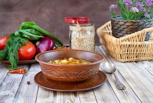 Sopa tradicional do kharcho da geórgia com carne e arroz