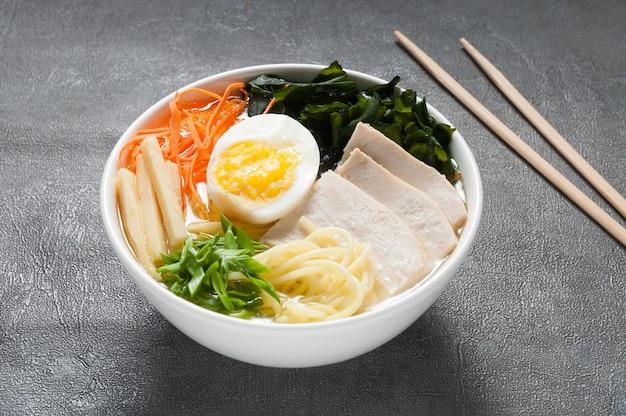 Sopa tradicional japonesa de ramen em tigela branca