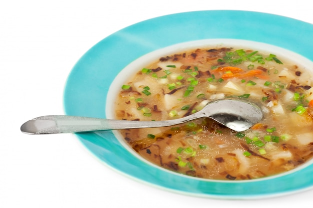 Sopa vegetal em um caldo de carne isolado