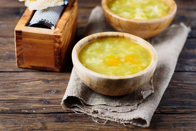 Sopa vegetariana de vegetais com queijo parmesão, foco seletivo