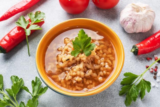Sopa vegetariana kharcho com arroz e legumes.