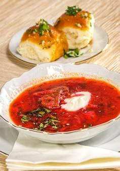 Sopa vermelha de beterraba russa (borscht)