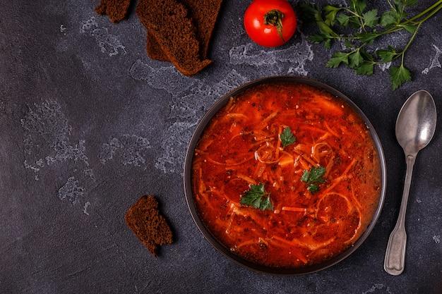Sopa vermelha tradicional ucraniana e russa