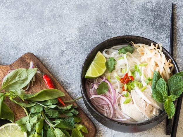 Sopa vietnamita tradicional - pho ga com macarrão de frango e arroz