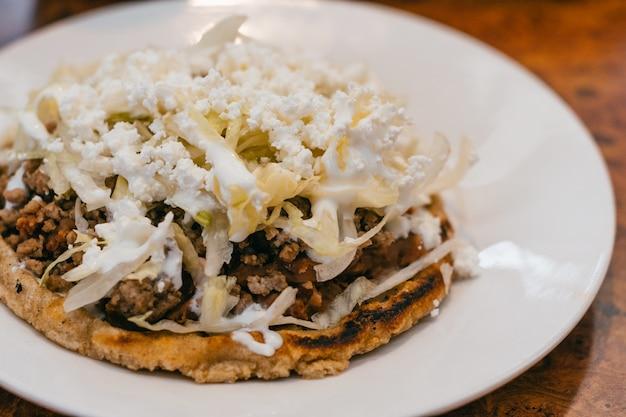 Sope, prato tradicional da comida mexicana.