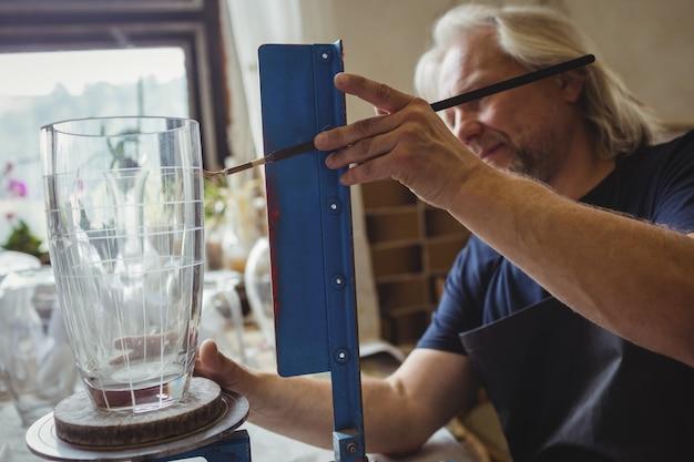 Soprador de vidro trabalhando em um vidro