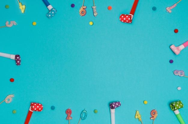Sopradores de festa ou apitos em fundo azul com vista superior elevada.