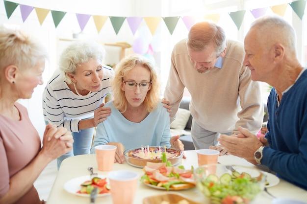 Soprando velas na festa de aniversário