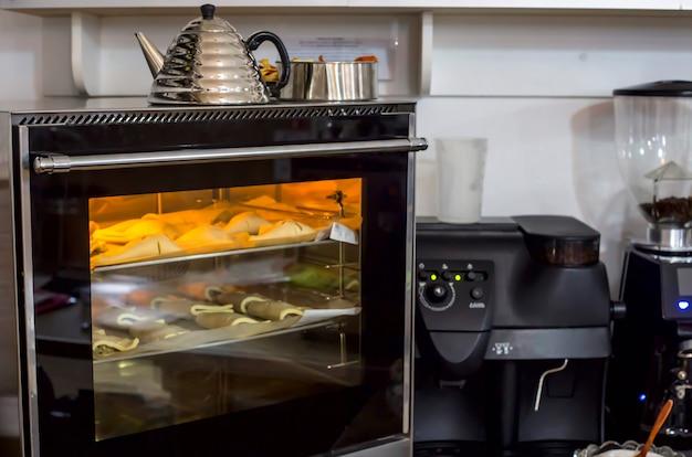 Sopros crus em uma assadeira são cozidos no forno.