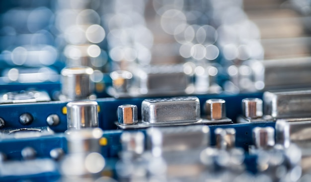 Soquetes de metal embaçados de close-up em uma placa de vídeo de computador. conceito para a produção de televisores de computador e alto-falantes de áudio