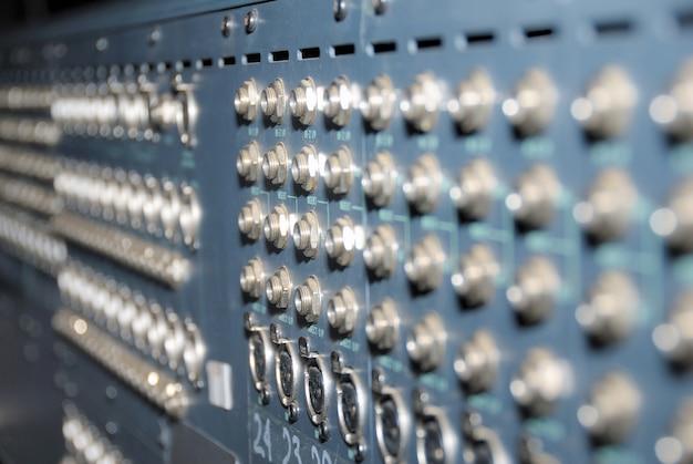 Soquetes de mistura. conexões de um painel de patch de áudio xlr profissional de equipamento de som.