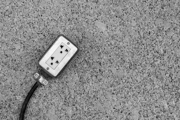 Soquetes elétricos no chão no canteiro de obras.