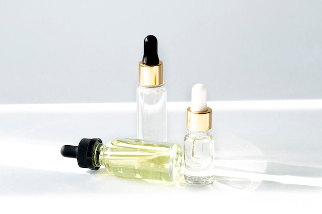 Soro antienvelhecimento com colágeno e peptídeos em frascos de vidro com conta-gotas em branco