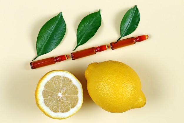 Soro com vitamina c em ampolas marrons. conceito de cosméticos orgânicos