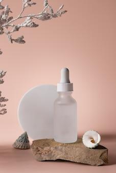 Soro cosmético em frasco de vidro no pódio de pedra conceito de beleza para a pele