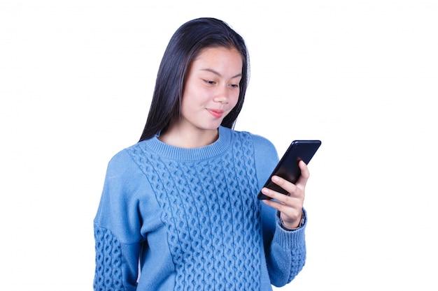 Sorria jovem menina asiática usando smartphone percorrer as redes sociais isoladas no fundo branco
