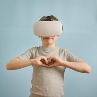 Sorria menino com óculos de realidade virtual.