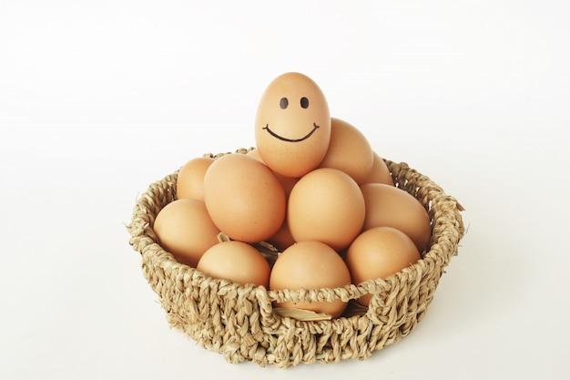 Sorria ovos na cesta