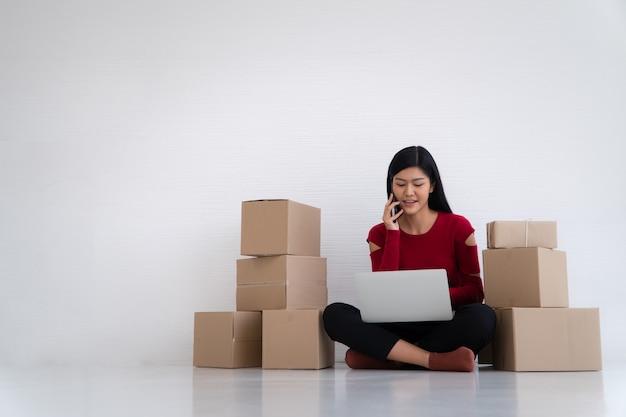 Sorria para o sucesso de vendas após verificar o pedido da loja de compras online no escritório doméstico
