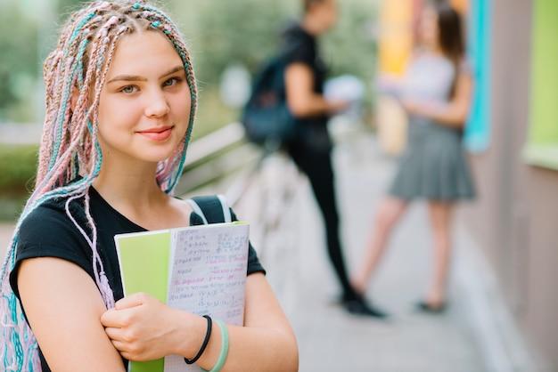 Sorridente adolescente com livro