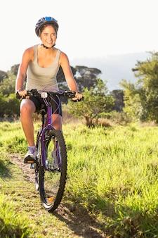 Sorridente atletismo moreno mountain bike