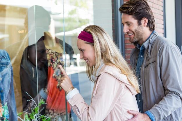 Sorridente, casal, indo, janela, shopping, apontar, roupas