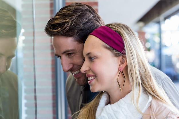 Sorridente, casal, indo, janela, shopping