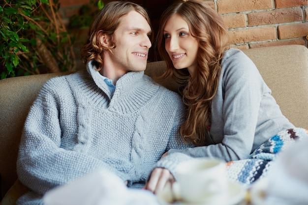Sorridente casal olhando um para o outro romanticamente