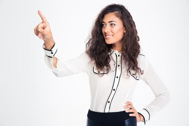 Sorridente e linda empresária apontando o dedo para longe