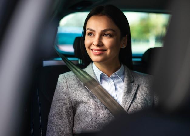 Sorridente empresária no carro