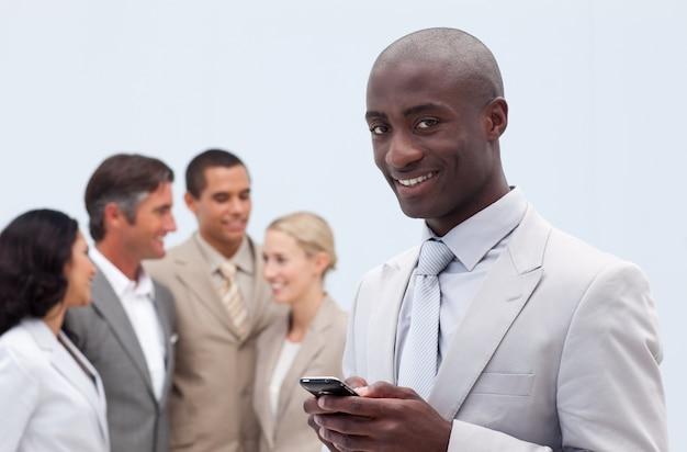 Sorridente empresário afro-americano enviando uma mensagem