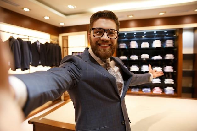 Sorridente empresário mostrando bengaleiro