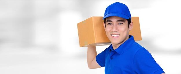 Sorridente, entrega, homem, portador, pacote, caixa, borrão, panorâmico, branca, fundo