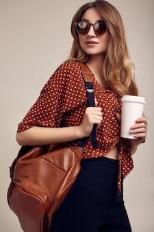 Sorridente garota hippie estudante com mochila saindo de férias