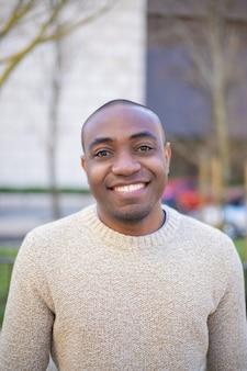 Sorridente homem afro-americano olhando